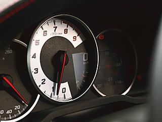 """GT""""Limited""""(6MT)。内装色のレッド&ブラックは設定色(ご注文時に指定が必要です。指定がない場合はブラックになります)。 ■写真は機能説明のために各ランプを点灯したものです。実際の走行状態を示すものではありません。"""