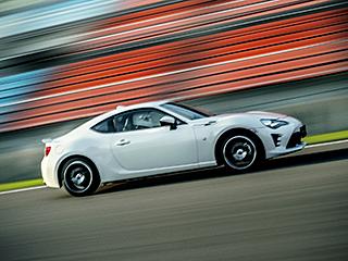 """GT""""Limited""""。ボディカラーのクリスタルホワイトパール〈K1X〉はメーカーオプション。 ■写真はサーキット内での撮影です。"""