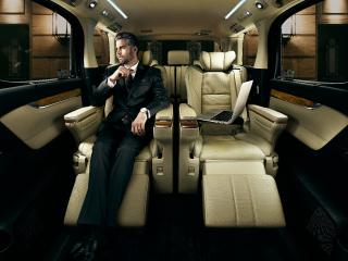 HYBRID Executive Lounge(7人乗り・E-Four)。内装色のフラクセンは設定色(ご注文時に指定が必要です。指定がない場合はブラックになります)。