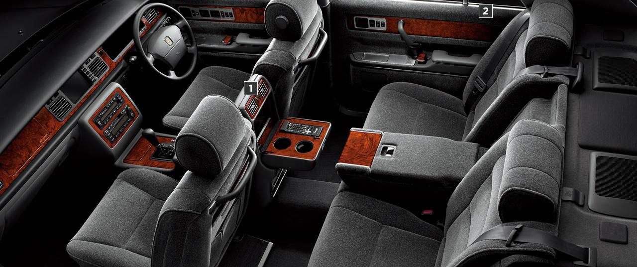 フロアシフト車の室内。内装色はグレー。