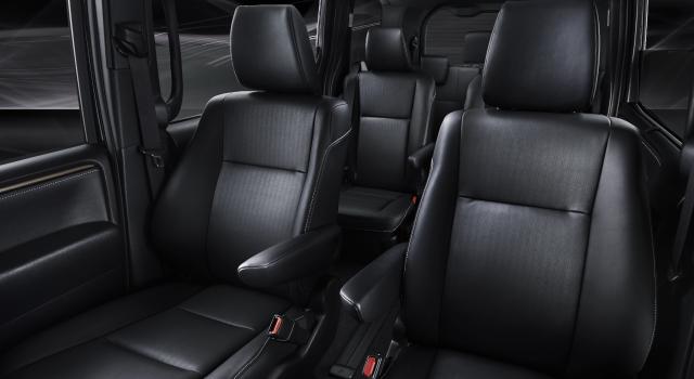 内装色のブラック×ブラックは特別設定色。T-Connectナビ10インチモデル<293,220円(取付費が別途必要)>は販売店装着オプション。