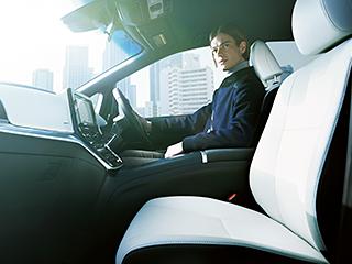 エスティマ AERAS SMART(E-Four・7人乗り)。内装色はブラック。シート色のホワイトは設定色(ご注文時に指定が必要です。指定がない場合はベージュになります)。オプション装着車。