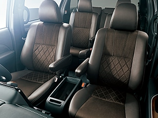 エスティマ AERAS PREMIUM-G(2WD・7人乗り)。内装色はブラック。シート色のバーガンディは設定色(ご注文時に指定が必要です。指定がない場合はブラックになります)。オプション装着車。
