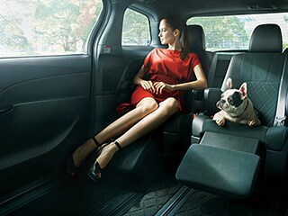 エスティマ AERAS PREMIUM-G(2WD・7人乗り)。内装色はブラック。シート色はブラック。オプション装着車。