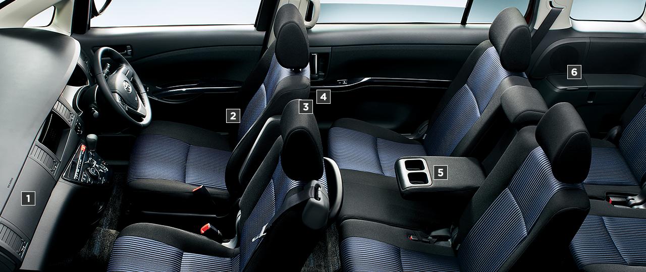 "PLATANA""V-SELECTION""(2.0L・2WD)。内装色はダークグレー。オプション装着車"