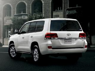 AX。ボディカラーのホワイトパールクリスタルシャイン〈070〉はメーカーオプション。オプション装着車。