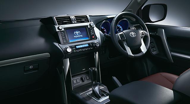"""特別仕様車 TX""""Lパッケージ・G-FRONTIER""""<2.8L ディーゼル車・7人乗り>(ベース車両はTX""""Lパッケージ""""<2.8L ディーゼル車・7人乗り>)。内装色はブラック。"""