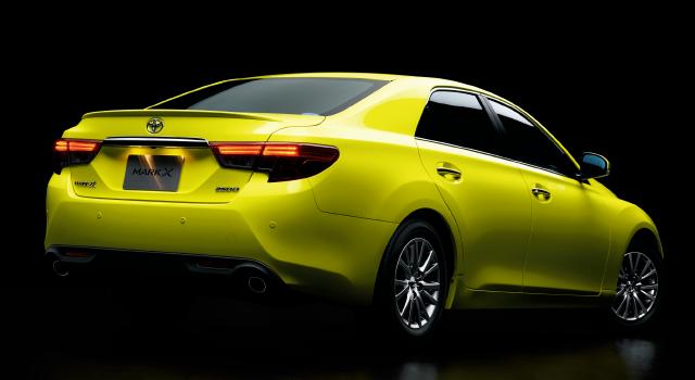 """250G""""Sパッケージ・Yellow Label""""[ベース車両は250G(2WD)]。ボディカラーのアウェイクンイエロー〈5B7〉は特別設定色。"""
