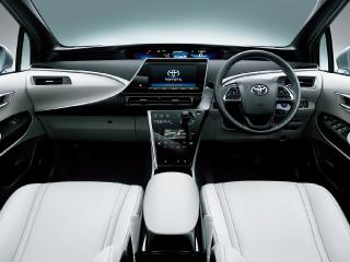 ボディカラーはツートーン プレシャスシルバー〈2MR〉。内装色はウォームホワイト。オプション装着車