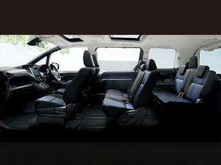 Si(2WD・8人乗り)。内装色はダークブルー&ブラック。オプション装着車。