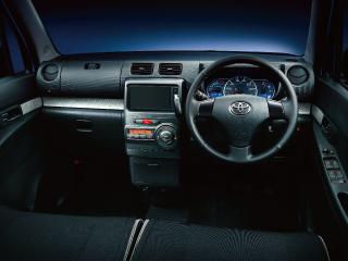 カスタムG 2WD。内装色はブラック。オプション装着車。