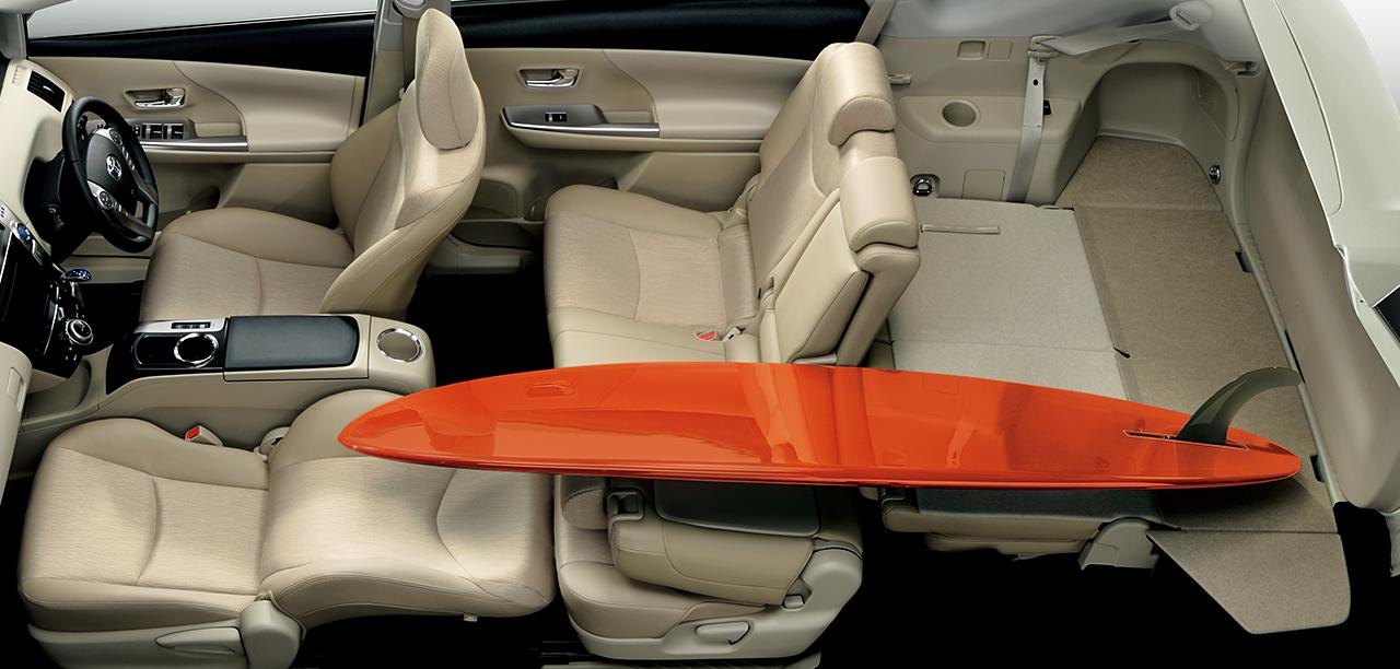 ロングラゲージモードフロントシートの片側をリクライニング。さらに、セカンドシートの片側も倒せば、長尺のモノも積み込めます。