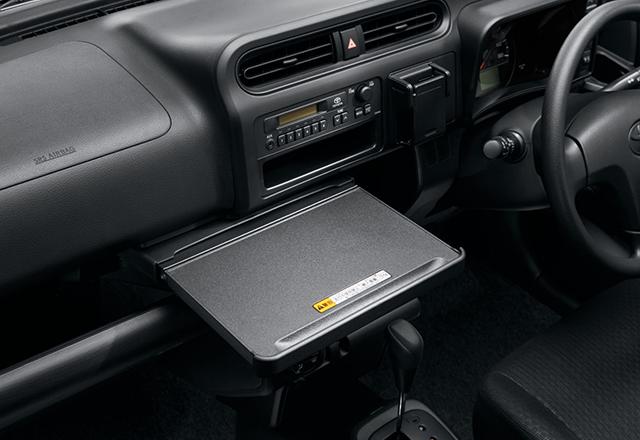 お弁当やノートパソコンが置けるインパネテーブル(ペンなどが置ける溝も設置されている)