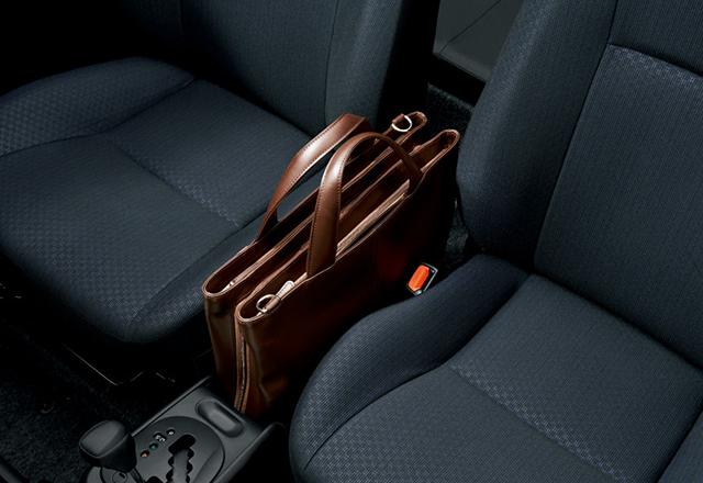 座ったままバッグの中身を取り出せるよう、運転席のすぐ横にバッグが置けるスペースを確保