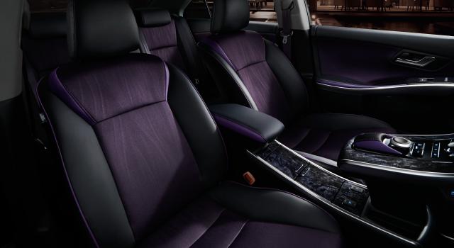 ボディカラーの特別設定色スパークリングブラックパールクリスタルシャイン〈220〉<32,400円>はメーカーオプション。内装色はブラック。