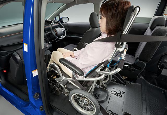 販売店装着オプション専用車いす[ウェルチェア]での1.5列目乗車が可能です。[参考]写真のモデルの身長は150cmです。