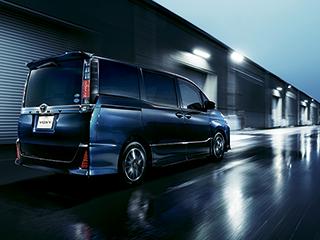 ZS(7人乗り・2WD)。ボディカラーのブラッキッシュアゲハガラスフレーク〈221〉はメーカーオプション。オプション装着車。