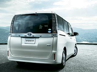 HYBRID V。ボディカラーのホワイトパールクリスタルシャイン〈070〉はメーカーオプション。オプション装着車。