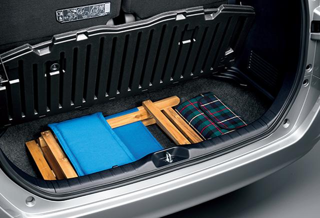 ガソリン車 大きな荷物の出し入れがしやすい一体型デッキボードを採用。