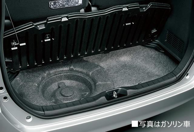 スペアタイヤをメーカーオプション装着した場合、スーパーラゲージボックスの中にスペアタイヤ(カバー付)が搭載されます。