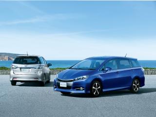 右:1.8S(2WD)。ボディカラーはサテンブルーマイカメタリック〈8V9〉。オプション装着車。左:1.8A(2WD)。ボディカラーはシルバーメタリック〈1F7〉。オプション装着車。