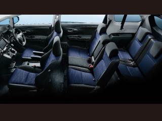 1.8S(2WD)。内装色はダークグレー。シートカラーはブラック/ダークブルー。オプション装着車。